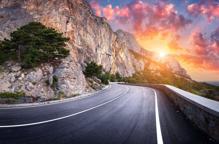 大多数旅游指南都是基于这样一种观点:旅游景点越繁忙人越多,游客就越有理由去游览。不过有人却采取了相反的方法。 GPS追踪公司Geotab通过美国交通运输部的数据找到了每个州最少使用的道路。根据这个清单,风景摄影师James Q. Martin根据主观标准对10条最优美的路线进行了排名。  美国十大风景优美且安静的路线,一起来看看吧~ 10.
